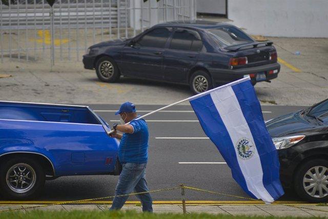 Archivo - Un hombre con una bandera de El Salvador