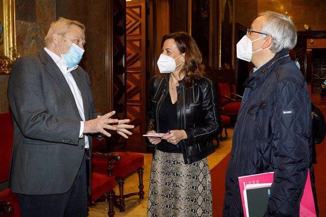 La consejera municipal de Servicios Públicos y Movilidad, Natalia Chueca, con el presidente de la Cooperativa del Autotaxi, Jesús Gayán, y con el director general de la Fundación DFA, Luis Molina.