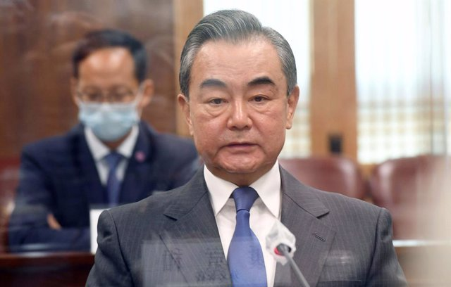Archivo - 26 November 2020, South Korea, Seoul: Chinese Foreign Minister Wang Yi (R) speaks to his South Korean counterpart Kang Kyung-wha bump elbows during their meeting. Photo: -/YNA/dpa