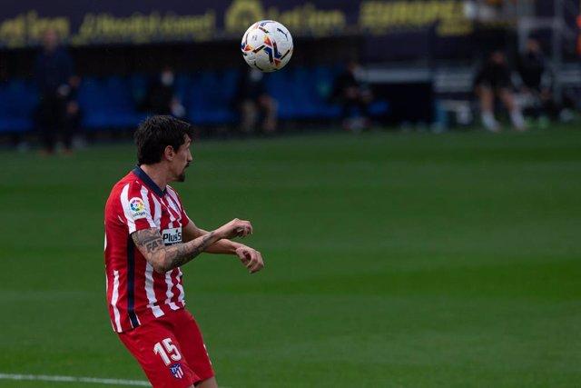 Stefan Savic despeja un balón en un partido del Atlético de Madrid