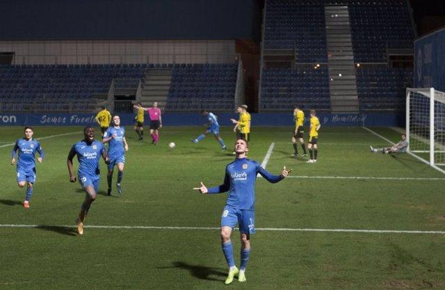 Borja Garcés celebra el 2-2 en el Fuenlabrada-Oviedo de LaLiga SmartBank 2020-2021