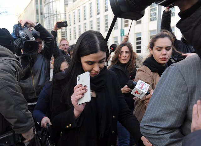"""Archivo - February 5, 2019 - New York, New York, United States: Joaquin """"El Chapo"""" Guzman's wife, Emma Coronel Aispuro, leaves court following the second day of jury deliberations without a verdict. She is with one of the members of her husband's legal te"""
