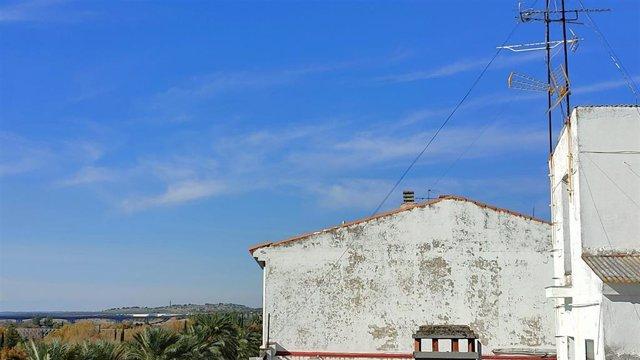 Archivo - Cielos poco nubosos