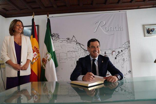 El presidente de la Junta de Andalucía, Juanma Moreno, en una visita al Ayuntamiento de Ronda (Málaga) en mayo de 2020 (Foto de archivo).