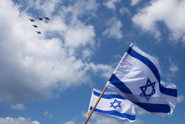 Archivo - Banderas y aviones de combate de Israel