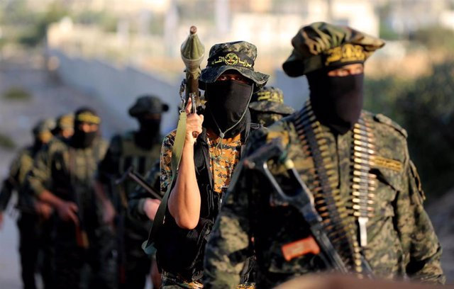 Archivo - 10 October 2020, Palestinian Territories, Khan Yunis: Palestinian militants from the Al-Quds Brigades, the armed wing of the Islamic Jihad Movement, take part in a military parade. Photo: Ashraf Amra/APA Images via ZUMA Wire/dpa