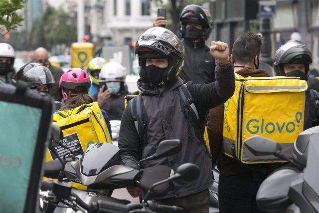 Convocados por Repartidores Unidos y APRA, varios repartidores realizan una pitada en sus vehículos en Oviedo, Asturias (España), a 4 de febrero de 2021. La concentración, que se repite en diez ciudades españolas, se realiza en contra del último borrador
