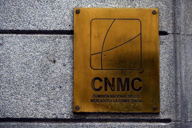 Archivo - Placa identificativa en el edificio de la CNMC, en Madrid (España)