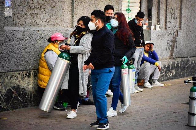 Archivo - Personas haciendo cola para rellenar bombonas de oxígeno en México durante la pandemia de coronavirus