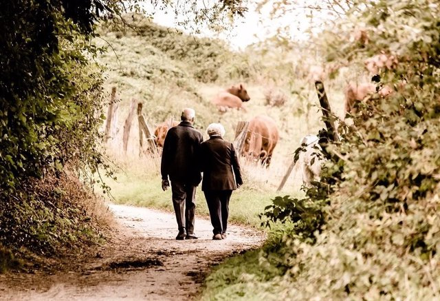 Personas mayores dando un paseo.