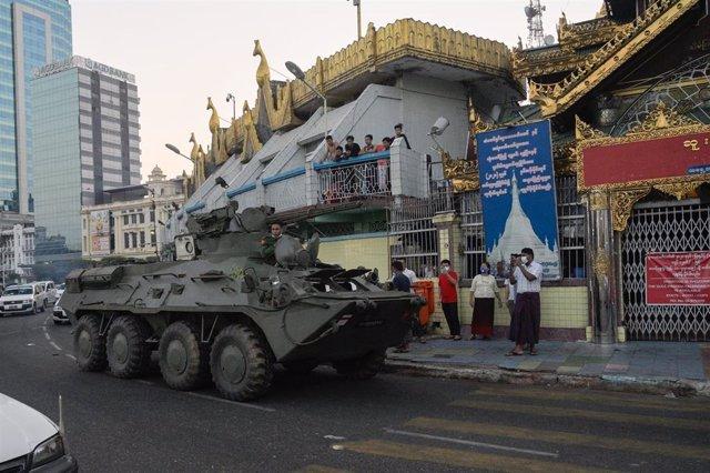 Vehículo blindado tras el golpe de Estado en Rangún, Birmania