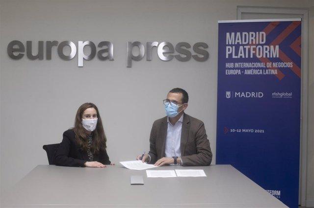 La directora de desarrollo de negocio de Europa Press, Candelas Martín de Cabiedes, y el director general de 'Madrid Platform', Carlos Morales, durante la firma del convenio de colaboración
