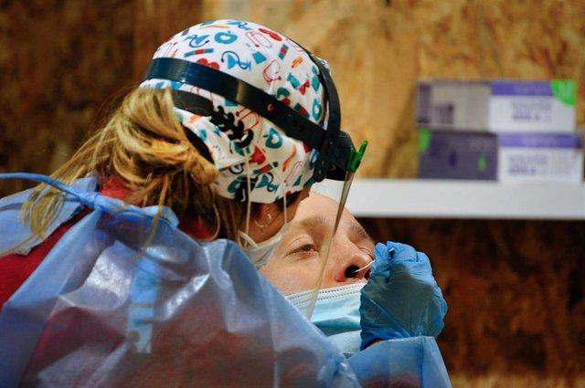 Un hombre participa en un dispositivo de cribado masivo para detectar positivos por coronavirus en Expourense, en Ourense, Galicia (España)