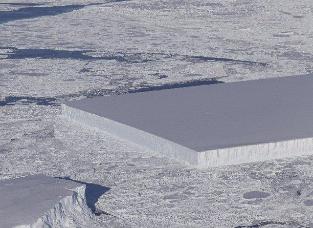 Archivo - Iceberg perfectamente rectangular visto en la Antártida