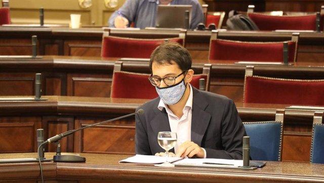 Archivo - El conseller de Modelo Económico, Turismo y Trabajo, Iago Negueruela, durante una comparecencia en el Parlament.