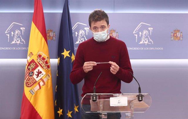 El líder de Más País, Íñigo Errejón, responde en una rueda de prensa posterior a una reunión de la Junta de Portavoces en el Congreso