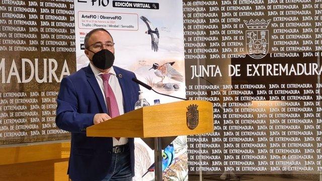 El director general de Turismo de la Junta de Extremadura, Francisco Martín Simón, durante la presentación de la 16ª Feria Internacional de Turismo Ornitológico (FIO)
