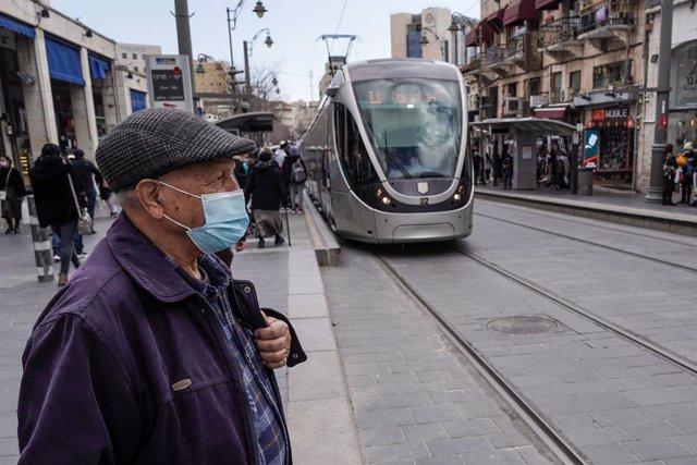 Personas con mascarilla en Jerusalén