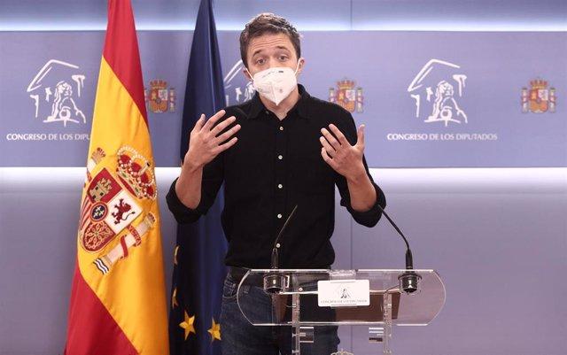 El líder de Más País, Íñigo Errejón, responde en una rueda de prensa posterior a una reunión de la Junta de Portavoces en el Congreso de los Diputados, en Madrid (España), a 23 de febrero de 2021.