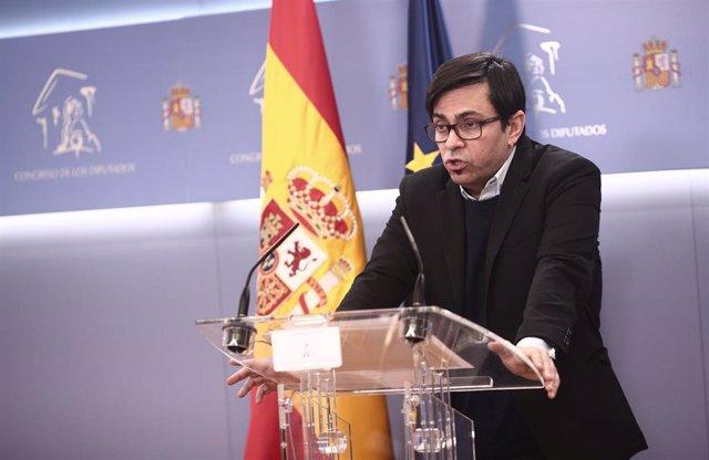 El secretario primero del Congreso y diputado de ECP, Gerardo Pisarello, responde a los medios en una rueda de prensa posterior a una sesión de la Mesa del Congreso