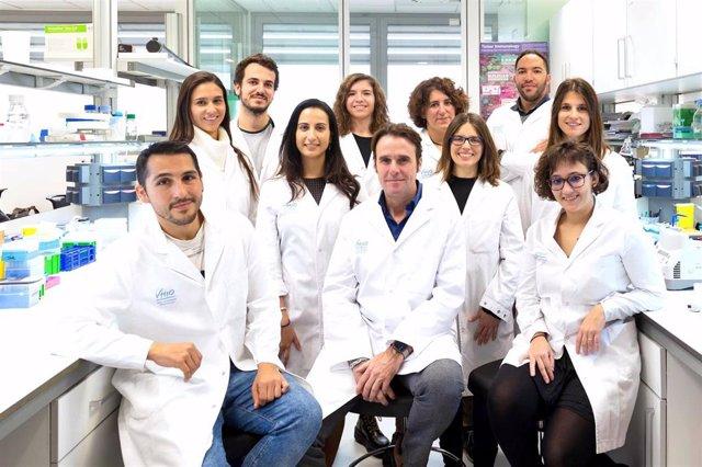 Archivo - Grupo de investigación de Factores del Crecimiento del Vall d'Hebron Institut d'Oncologia (VHIO), que dirige el Dr. Arribas, en el centro de la foto.