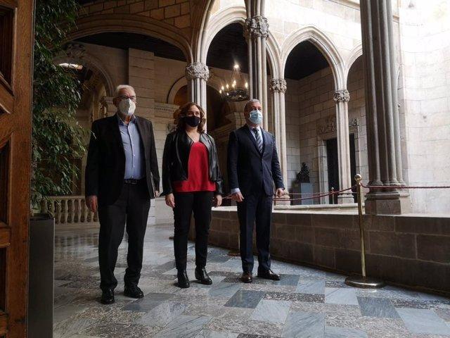 El líder d'ERC a Barcelona, Ernest Maragall; l'alcaldessa de Barcelona, Ada Colau, i el primer tinent d'alcalde i líder del PSC, Jaume Collboni, pacten un fons de 30 milions per a 83 projectes de proximitat als districtes de la ciutat.