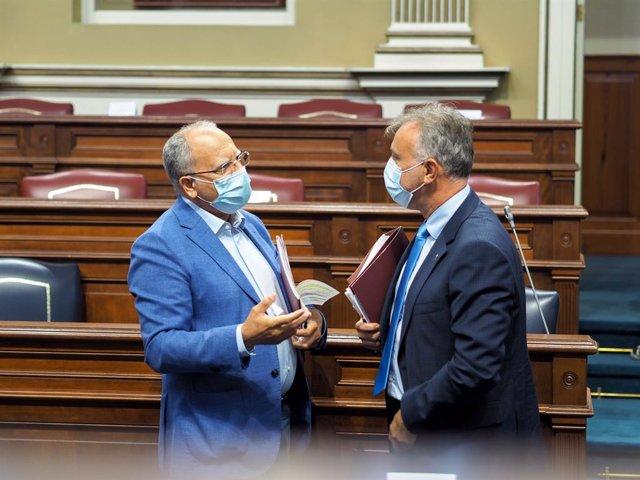 Archivo - El portavoz de ASG, Casimiro Curbelo, y el presidente de Canarias, Ángel Víctor Torres, en el Parlamento