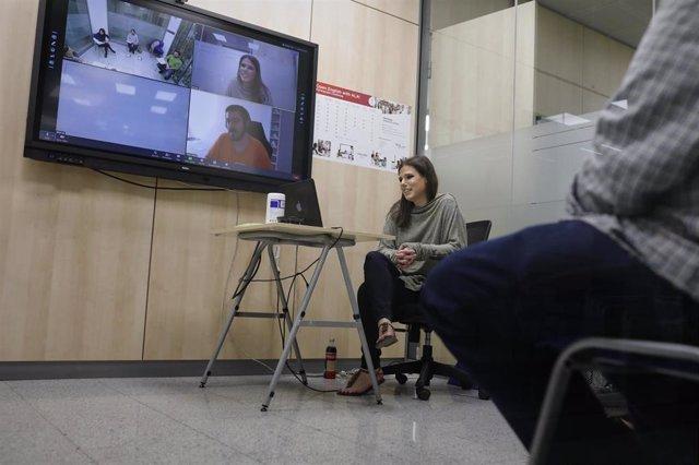 Archivo - Una profesora da una clase en la Academia de Inglés American Language Academy