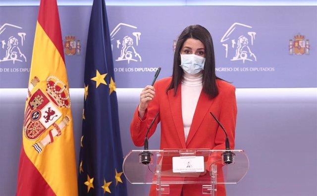La presidenta de Ciudadanos, Inés Arrimadas, en una rueda de prensa en el Congreso de los Diputados.