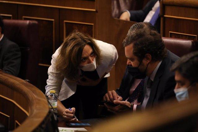 Archivo - La portavoz del Grupo Popular en el Congreso, Cuca Gamarra; mantiene una conversación con el portavoz de Vox en el Congreso de los Diputados, Iván Espinosa de los Monteros.