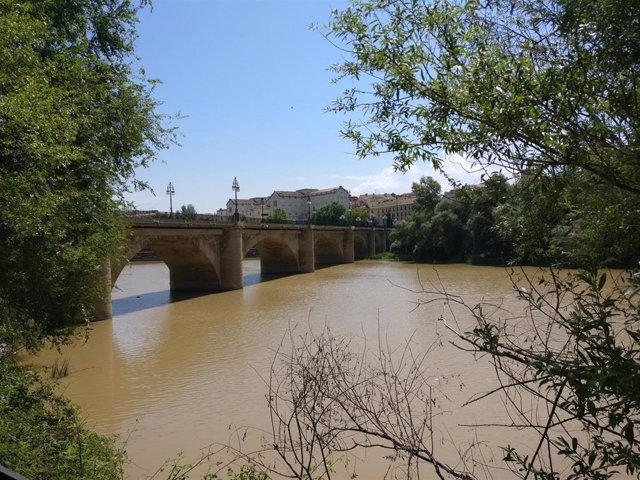 Archivo - Puente de piedra sobre el río Ebro en Logroño
