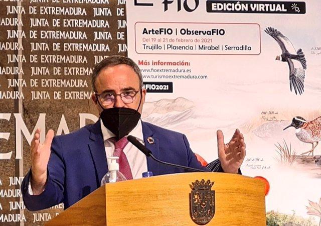 El director general de Turismo de la Junta de Extremadura, Francisco Martín Simón, en rueda de prensa sobre la 16ª Feria Internacional de Turismo Ornitológico (FIO)