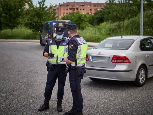 Archivo - La Policía Nacional verifica los datos de un vehículo durante un control de movilidad realizado en Pamplona, Navarra, España, a 8 de mayo de 2020.