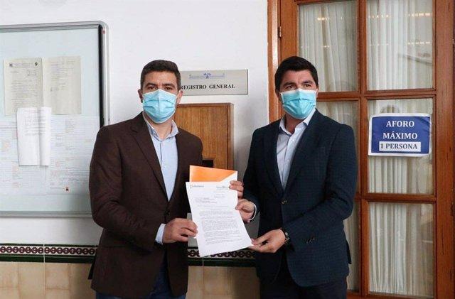 El portavoz de Cs, Sergio Romero, y el portavoz de Cs en la Comisión de Agricultura, Enrique Moreno, este martes ante el Registro del Parlamento de Andalucía.