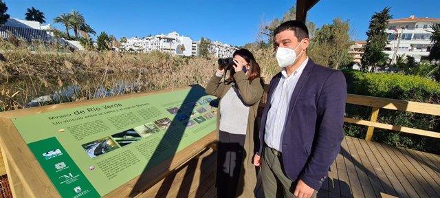 El diputado de Medio Ambiente, Turismo Interior y Cambio Climático, Cristóbal Ortega, en la inauguración del observatorio junto a la directora general de Medio Ambiente del Ayuntamiento de Marbella, María Victoria Martín-Lomeña.