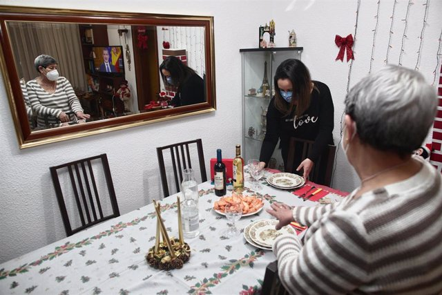Archivo - Una mujer viuda y de riesgo, Carmina con su hija Patricia preparan la cena de Nochebuena durante la pandemia en Móstoles (Madrid), a 24 de diciembre de 2020. Los años anteriores, esta familia han pasado las cenas de Navidad con más parientes, pe