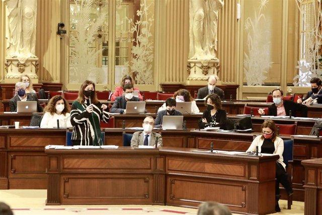 La presidenta del Govern, Francina Armengol, contestando a una pregunta durante el pleno del Parlament.