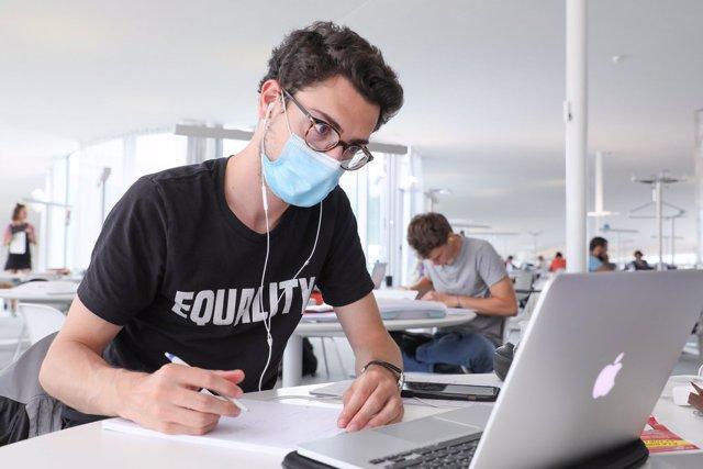 Archivo - Estudiante de la UGR trabaja telemáticamente. Imagen de archivo.