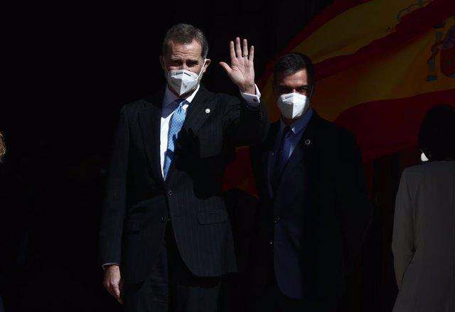 El Rey Felipe VI (i) saluda acompañado del presidente del Gobierno, Pedro Sánchez, durante el acto con motivo del 40 aniversario del 23 de febrero de 1981 celebrado en el Salón de Pasos Perdidos del Congreso de los Diputados, en Madrid, (España), a 23 de