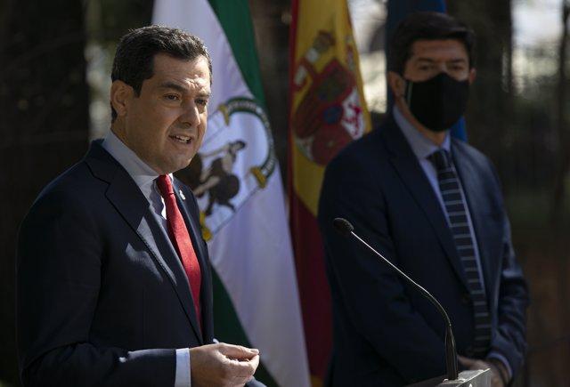 El presidente de la Junta de Andalucía, Juanma Moreno (i), junto al vicepresidente de la Junta, Juan Marín (d), tras el Consejo de Gobierno en Ronda. En Málaga (Andalucía, España), a 23 de febrero de 2021.