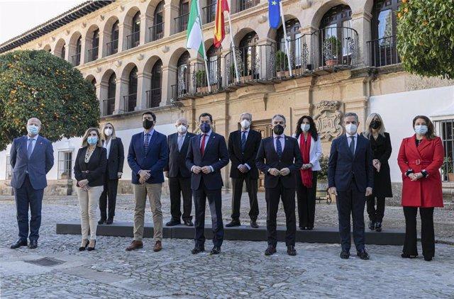 El presidente de la Junta de Andalucía, Juanma Moreno (c), posa en una foto institucional junto a los consejeros al inicio de la reunión semanal del Consejo de Gobierno de la Junta de Andalucía, celebrada hoy en el municipio de Ronda. En Málaga (Andalucía