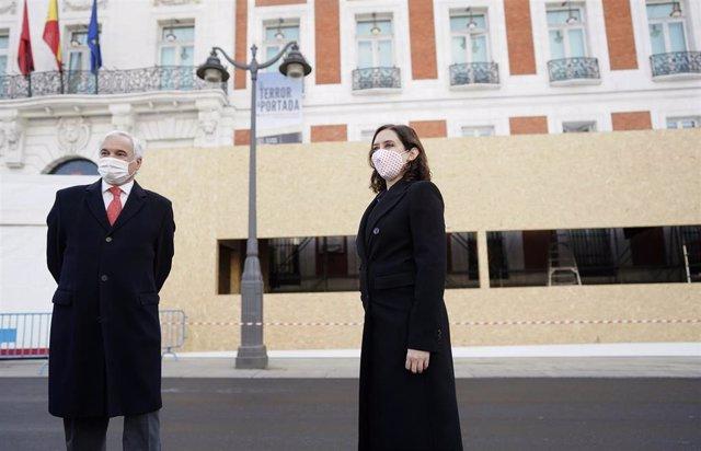 Archivo - La presidenta de la Comunidad de Madrid, Isabel Díaz Ayuso, y el presidente de CEIM, Miguel Garrido, visitan el montaje del Belén de la Puerta del Sol.