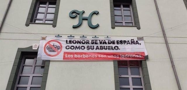 Pancarta contra la Casa Real colocada en el hotel ocupado por el colectivo Centro Social La Molinera, en Valladolid.