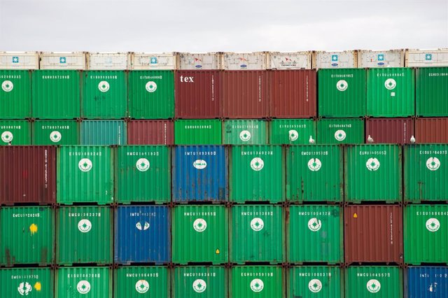 Archivo - 13 December 2020, England, Felixstowe: Shipping containers are unloaded from a cargo ship at the Port of Felixstowe in Suffolk. Shipments of personal protective equipment have been clogging UK ports causing huge delays compounded by retailers an
