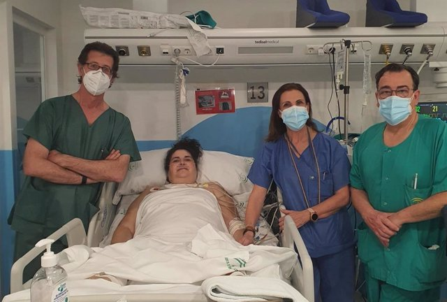 La paciente de Pozoblanco recuperada del Covid que ya ha recibido el alta con profesionales del Reina Sofía.