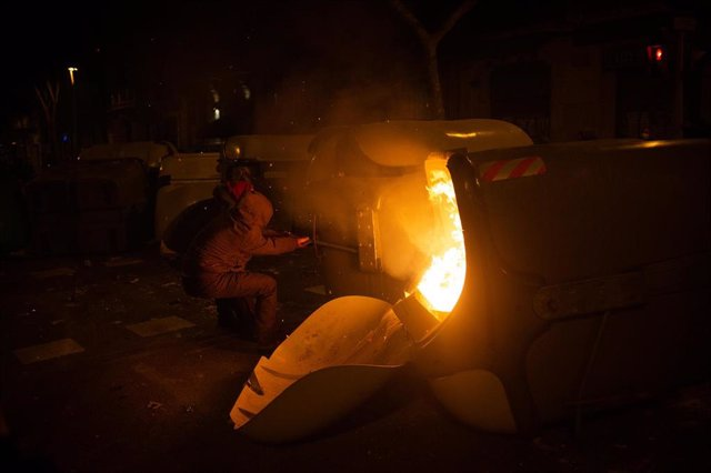 Manifestantes destrozan mobiliario urbano durante una manifestación contra el encarcelamiento del rapero y poeta Pablo Hasel en Barcelona (España), a 18 de febrero de 2021.