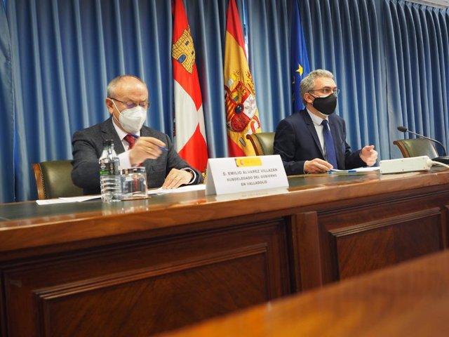 El delegado del Gobierno en Castilla y León, Javier Izquierdo, (d) junto al subdelegado en Valladolid, Emilio Álvarez.