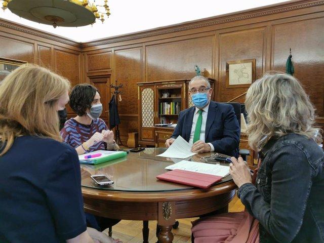 Reunión del Ayuntamiento de Pamplona con representantes del Departamento de Salud