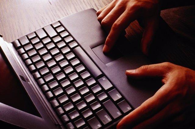 Archivo - Imagen de una persona utilizando un ordenador.