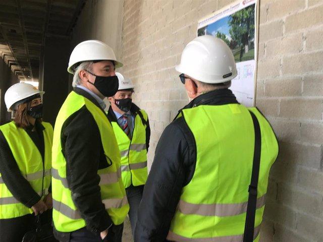 El alcalde de Zaragoza, Jorge Azcón, visita las obras de las 80 viviendas sociales de la calle Fray Luis Urbano